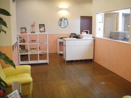 空間の多い広々とした待合室