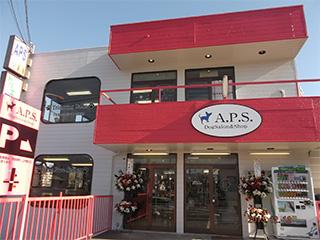 赤と白の2階建ての大きなお店