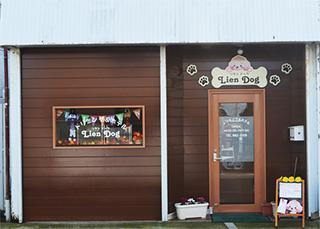 茶色いログハウス風のお店入口