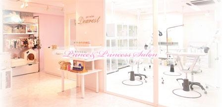 白とピンクの店内