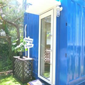 青で統一された南国風の店構え