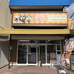 オレンジのポップな店舗