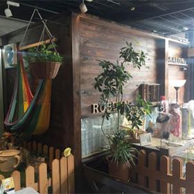 ジャングルチックな雰囲気の店内