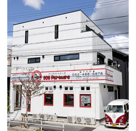 真っ白な建物とオシャレな車