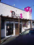 白とピンクのお店外観