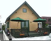三角の屋根のお店とテラス席