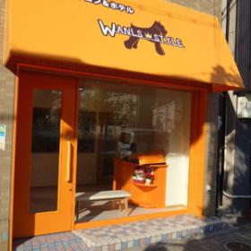 オレンジで統一された店舗外観