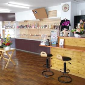 小さなカフェのある店内はグッズも豊富