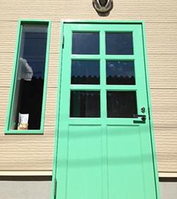 パステルグリーンの可愛いドア