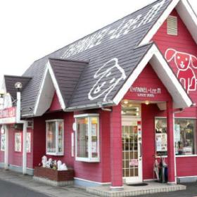 尖った三角の屋根が印象的なお店外観