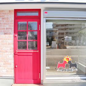 真っ赤なドアがおしゃれなお店外観