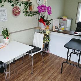 花が飾られた受付テーブル