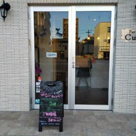 シンプルなドアとメニューボード
