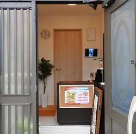 サロンの玄関口